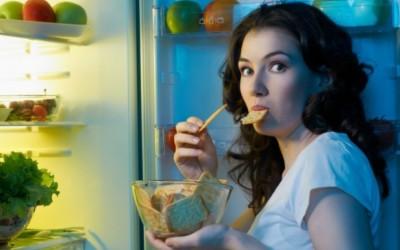 Saiba como comer à noite mexe com seu corpo